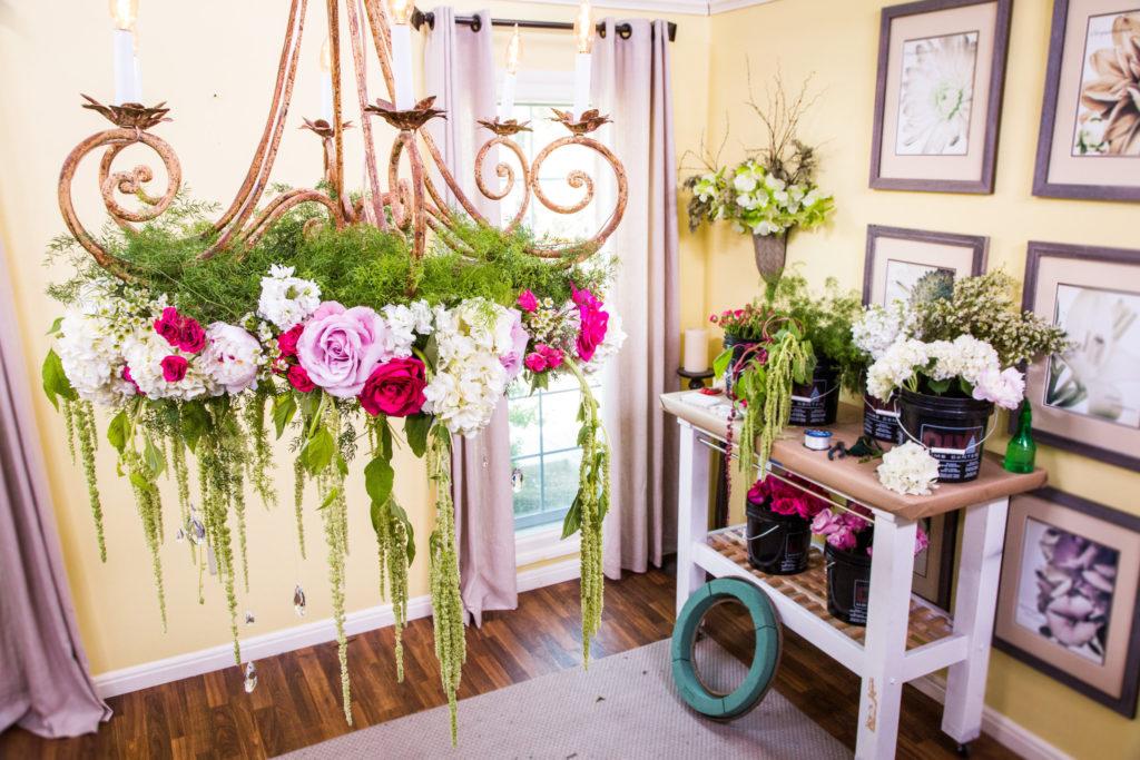 Lampadario fiorito per decorare il matrimonio
