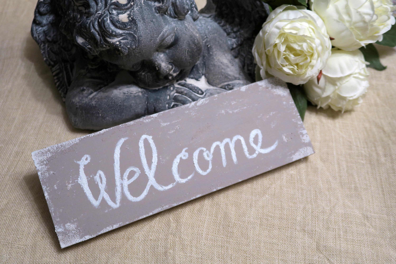 Matrimonio Shabby Chic Country : Una targa di benvenuto per arredare con le parole matrimonio a