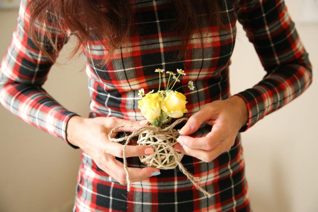 Palline decorative con fiori freschi