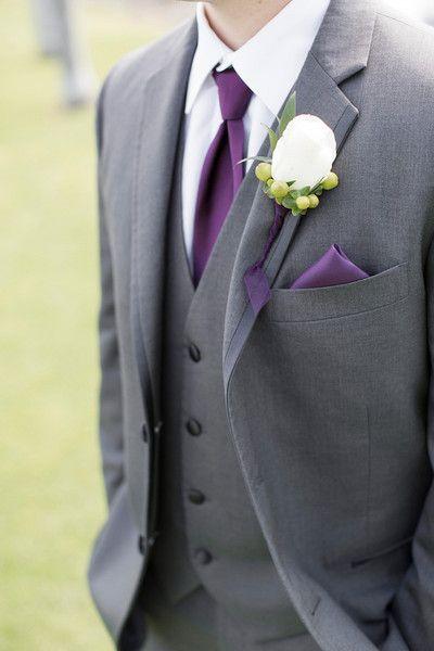 Dettagli in viola per lo sposo