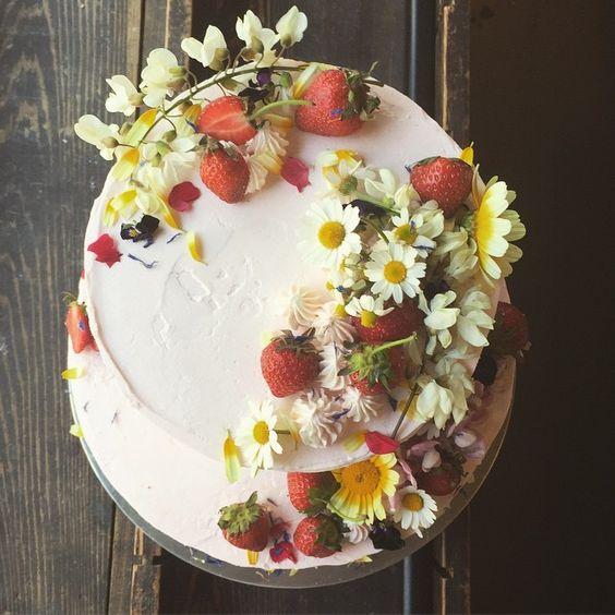 Fiori e frutti di bosco per la wedding cake