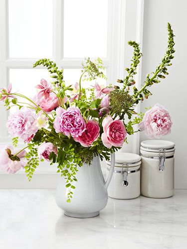 Decorare la casa con i fiori e contenitori di recupero