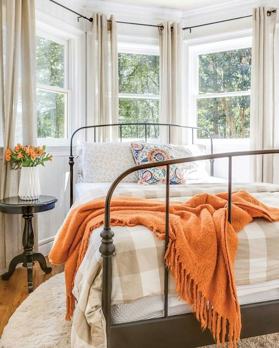 La camera da letto in autunno